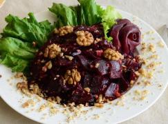 Салат свекла с черносливом и орехами 500 г.
